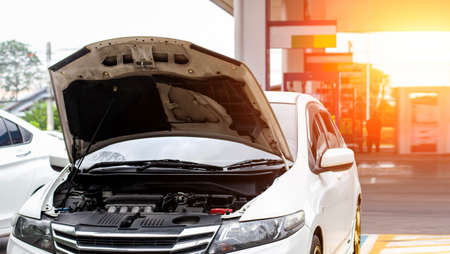 Park the car at the gas station to repair engine and check condition of damage to complete for use.And add fuel to continue the journey Imagens