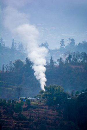 Winter fire smoke in a small remote hilly village of Nepal Imagens - 116770365