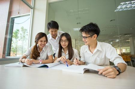 대학의 도서관에서 아시아 학생 학생 논의