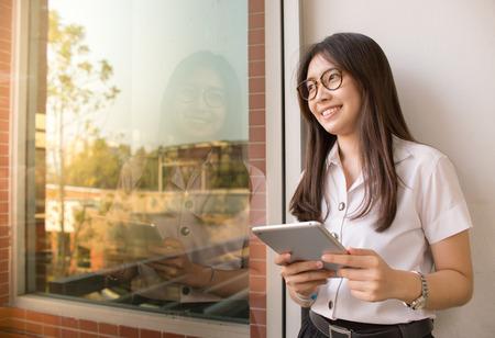 アジアの学生が大学の図書館で話し合う