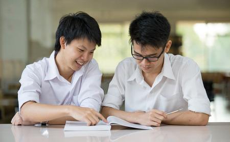 대학의 도서관에서 아시아 학생 학생 토론