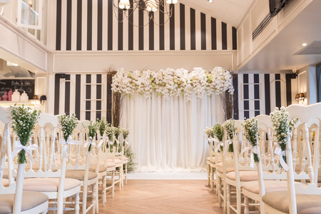 silla blanca en la sala de bodas