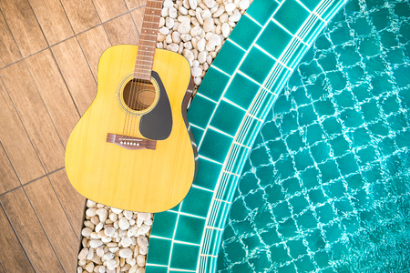 guitare sur chemin bois au bord de la piscine à ruxuly
