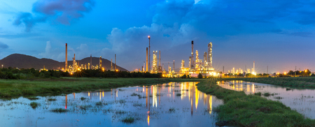 Oil refinery and refinery industry with twilight time and reflection in water, Thailand Imagens