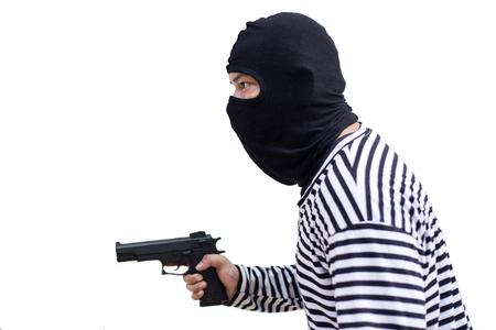 ladrón o asesino sostenga la pistola y mire al objetivo del dinero en un fondo blanco aislado en un concepto de vida, ladrón, dinero, seguro Foto de archivo