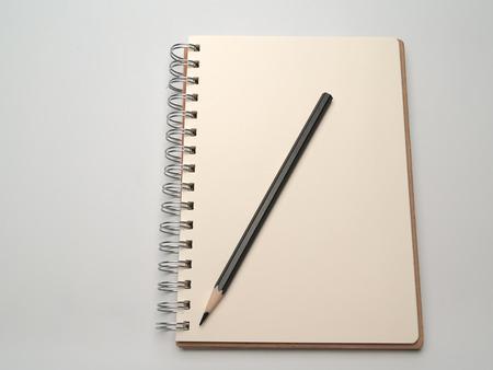 pencil paper: Diario y l�piz, colocado sobre un fondo blanco