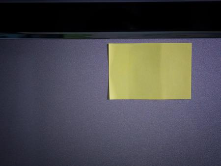 Note paper on refrigerator door , paper note copy space for add text. Foto de archivo