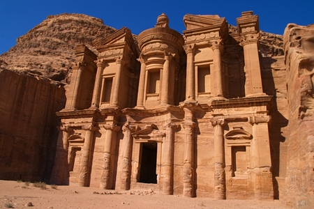 Il Deir o il monastero nell'antica città di Petra, in Giordania Archivio Fotografico - 87751333