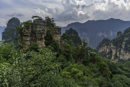 Mountain landscape of surreal rock formations. Pillar, weird column rock formation in in Zhangjiajie National Park, China Stockfoto