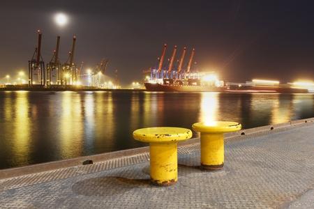 Vue sur l'Elbe sur les terminaux � conteneurs