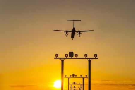 Un atterrissage d'avions de ligne � turbopropulseurs � Berlin Tegel au coucher du soleil