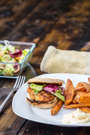 Burger avec du pain de bl� entier, frites maison, salade et mayonnaise
