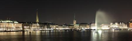 Hambourg H�tel de Ville avec Alster Fontaine la nuit Banque d'images