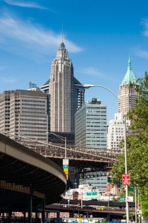 finanzen: several high-rise buildings and the driveway to the Brooklyn Bridge in downtown manhattan, new york
