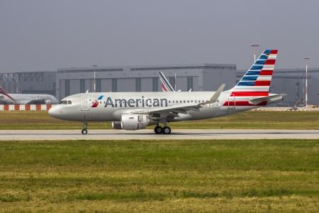 HAMBOURG, ALLEMAGNE - 25 juillet: Le deuxi�me nouveau Airbus A319 pour American Airlines revient d'un vol d'essai avant la livraison � AA � l'usine Airbus de Hambourg Finkenwerder le 25 Juillet 2013