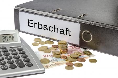 Una carpeta etiquetada ingenio la palabra Erbschaft, alemán patrimonio calculadora y la moneda europea Foto de archivo