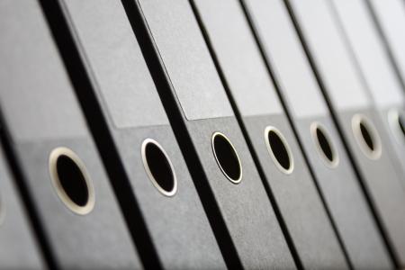 Une rang�e de liants dans une archive de bureau, la profondeur de champ Banque d'images