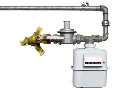 白い背景で隔離のパイプとインストールされているガスメーター