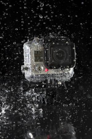 Hambourg, Allemagne - Janvier 17: Une GoPro Hero 3 d'action-cam dans le bo�tier �tanche avec les projections d'eau sur fond noir le 17 Janvier 2013 � Hambourg