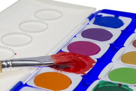 Paintbox occasion avec une brosse � la couleur rouge isol� sur blanc