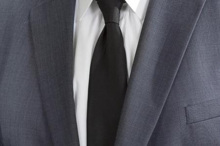 D�tail d'un homme portant une suite avec chemise blanche et cravate noire