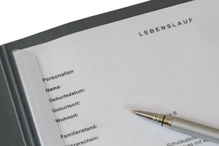 Lebenslauf (curriculum vitae allemand) dans un liant de demande d'emploi et un stylo en argent isol� sur fond blanc