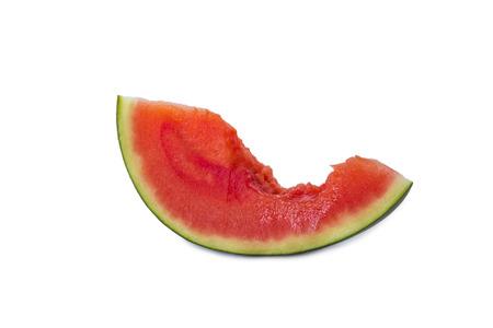 une tranche de melon d'eau avec un morceau mordu isol� sur fond blanc