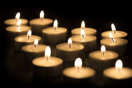 Un groupe de bougies de th� br�lant sur un fond noir