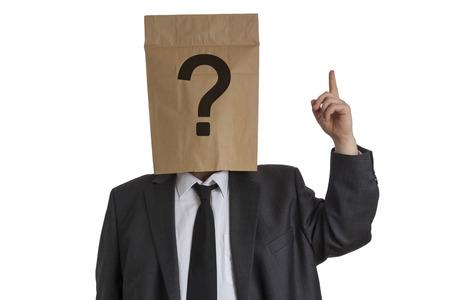 Un homme en costume avec un sac en papier avec un point d'interrogation sur sa t�te pointant vers le haut isol� sur fond blanc