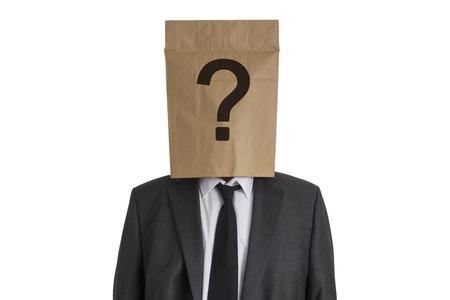 Un homme en costume avec un sac en papier avec point d'interrogation sur sa t�te isol� sur fond blanc Banque d'images