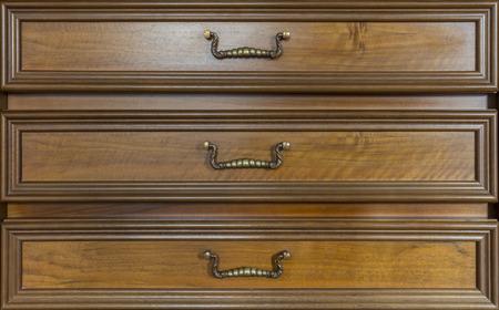 muebles antiguos: tres cajones de uno de los muebles antiguos de aspecto similar