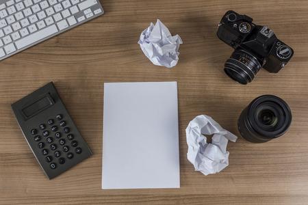 hoja en blanco: Teclado Moderno, calculadora, hoja en blanco, c�mara de la vendimia y el l�piz sobre la mesa de madera Foto de archivo