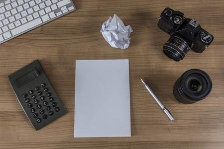 blank sheet: Teclado Moderno, calculadora, hoja en blanco, c�mara de la vendimia y una pluma en un escritorio de madera