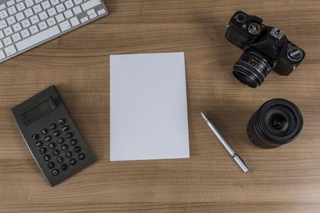 hoja en blanco: Teclado Moderno, calculadora, hoja en blanco, c�mara de la vendimia y una pluma en un escritorio de madera