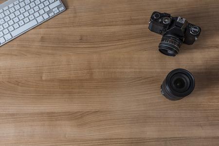 Clavier moderne et d'un appareil photo vintage sur le bureau en bois
