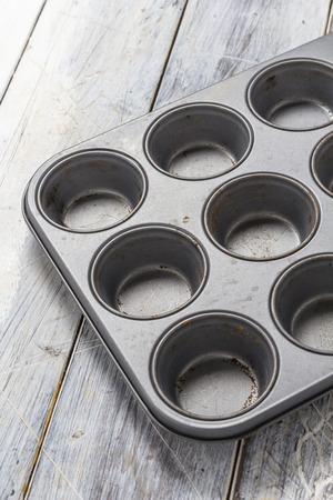 Plaque de cuisson Muffin sur une table en bois rustique