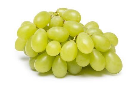 uvas: uvas verdes frescas aisladas sobre fondo blanco