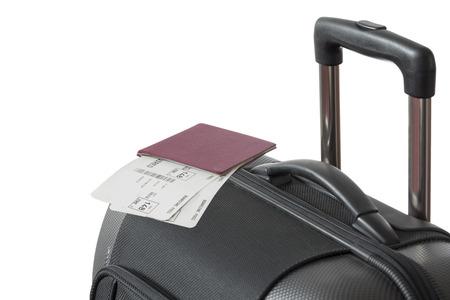 pasaporte: Vista detallada de Trolley maleta con pasaporte y boletos aéreos aislados sobre fondo blanco