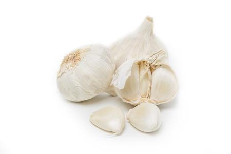 ajo: Bulbo de ajo y clavo individuales aislados sobre fondo blanco