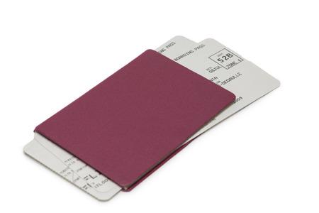 passeport: passeport rouge Unmarked avec deux billets d'avion isolé sur fond blanc Banque d'images