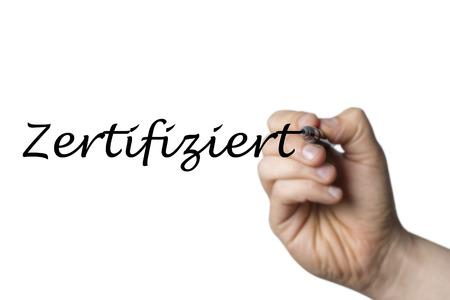 comunicación escrita: Zertifiziert (alemán Certificado) escrito por una mano aislada en el fondo blanco