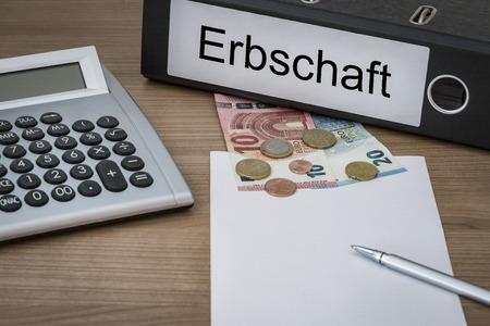 Erbschaft (sucesiones alemán) escrito en un cuaderno en un escritorio con la calculadora de euros de dinero hoja en blanco y un bolígrafo