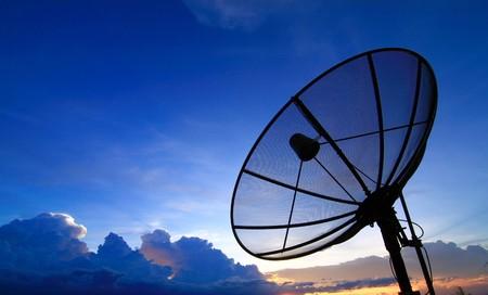 Satelliet-TV met zons ondergang hemel
