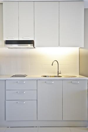Die Wohnküche ist weiß Standard-Bild