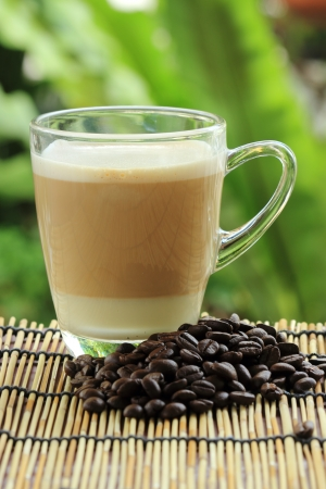 Close up taza de caf� capuchino y caf� en grano photo