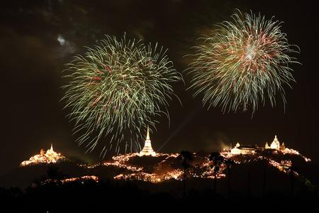 wang: Espect�culo de fuegos artificiales sobre Khao Wang Historical Park, Petchaburi, Tailandia Foto de archivo
