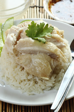 pollo de vapor con arroz en la placa (Hainan Chicken) photo