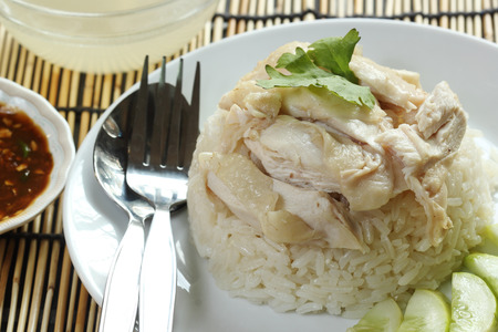 pollo de vapor con arroz en la placa de Hainan Chicken photo