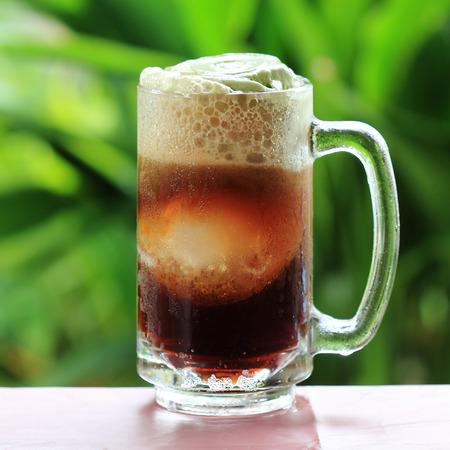 cerveza negra: Batido de Root Beer un convite sabroso verano en el árbol verde Foto de archivo