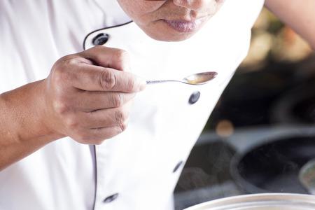 chef: Chef utiliza la cuchara para la sopa sabor del curry de la carne de cerdo japonesa  cocinar japonés concepto de curry de cerdo